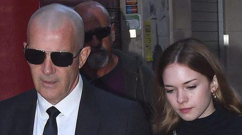 Antonio Banderas se despide de su madre Doña Ana acompañado de su hija Stella en un funeral muy concurrido