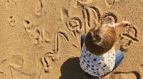Sara Carbonero presume de cómo escribe Martín Casillas la palabra 'mamá' en la playa