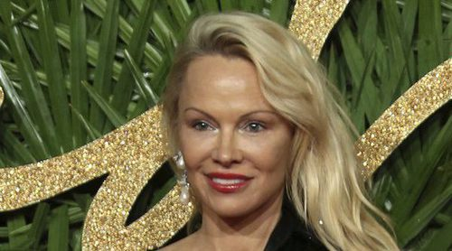 Pamela Anderson aparece en los British Fashion Awards con un aspecto irreconocible