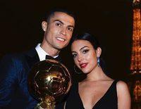 Cristiano Ronaldo recibe el Balón de Oro más feliz y enamorado que nunca