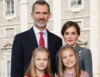 Los Reyes Felipe y Letizia felicitan la Navidad 2017 junto a Leonor y Sofía con un posado constitucional