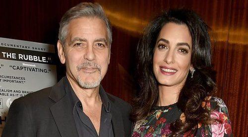 El curioso objeto que George Clooney regaló a los pasajeros de su vuelo por culpa de sus hijos