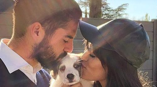 Isco Alarcón le toca un pecho a su novia Sara Sálamo en una tierna estampa con su nueva mascota