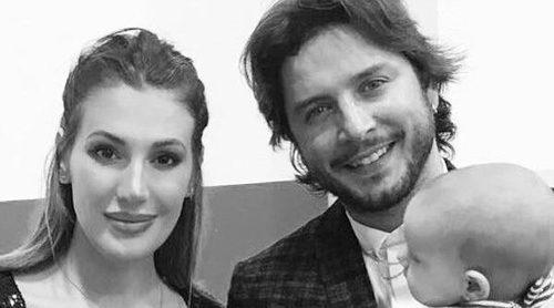 Manuel Carrasco y Almudena Navalón comparten su primera foto de familia con Chloe para felicitar el año