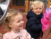 Charlene de Mónaco muestra las fotos más tiernas de sus hijos Jacques y Gabriella jugando en el parque