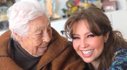 Thalía celebra muy feliz el 100 cumpleaños de su abuela Eva Mange Márquez