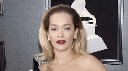 El descuido de Rita Ora en la alfombra roja de los Premios Grammy 2018