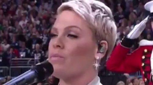 El momentazo de Pink sacándose un chicle de la boca antes de cantar el himno de EEEUU en la Super Bowl 2018