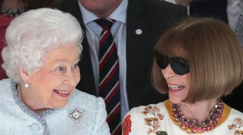 La Reina Isabel y Anna Wintour, como dos amigas en la Semana de la Moda de Londres