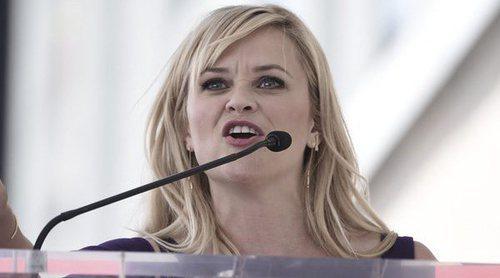 Reese Witherspoon visita y 'limpia' su estrella en el Paseo de la Fama de Hollywood