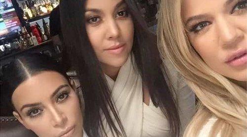 Khloe Kardashian, arropada por Kris Jenner y Kim y Kourtney Kardashian tras el nacimiento de su hija