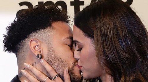 Neymar y Bruna Marquezine derrochan pasión en la alfombra roja de la gala amfAR 2018