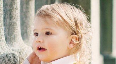 Alejandro de Suecia, un pequeño muy curioso en las fotos oficiales por su segundo cumpleaños
