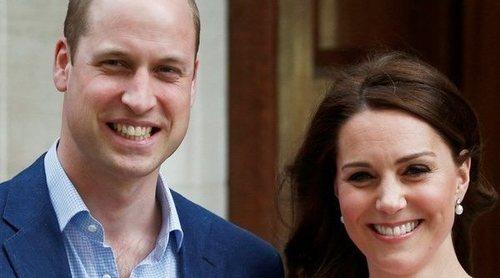 Los Duques de Cambridge posan a las puertas del hospital con el recién nacido