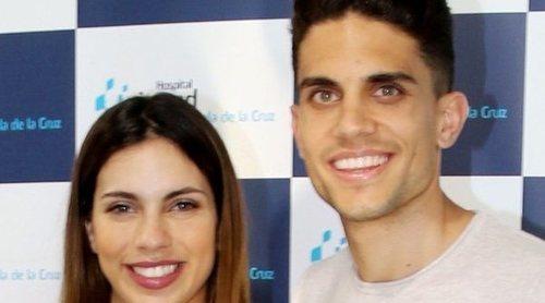 Melissa Jiménez y Marc Bartra presentan a su hija Abril en las puertas del hospital