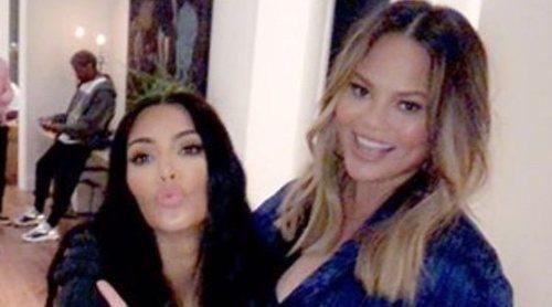 Chrissy Teigen celebra su baby shower con Kim Kardashian, Kanye West y Kris Jenner