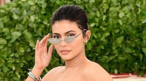 Kylie Jenner vuelve a la alfombra roja tres meses después de estrenarse como madre