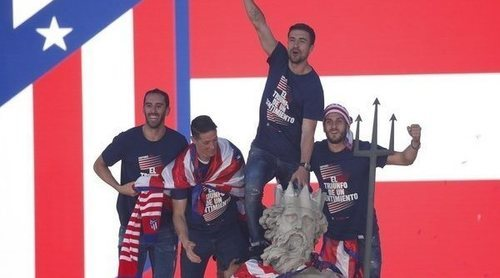 El Atlético de Madrid celebra la Europa League por todo lo alto en Neptuno y con las parejas apoyando