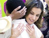 La Reina Letizia ofrece su imagen más maternal en su viaje de cooperación a República Dominicana