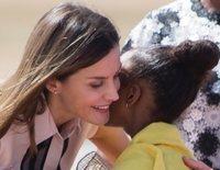 La Reina Letizia, de República Dominicana a Haití: un vestido floreado, abrazos, bananos y solidaridad