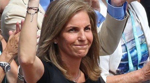 Arantxa Sánchez Vicario recibe el cariño del público en Roland Garros 2018 en su momento más complicado