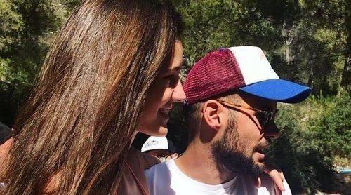 Malena Costa y Mario Suárez regresan a España con sus hijos para disfrutar de unos días de relax