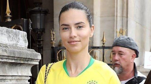 Adriana Lima apoya a Brasil desde el front row de la Semana de la Alta Costura de París