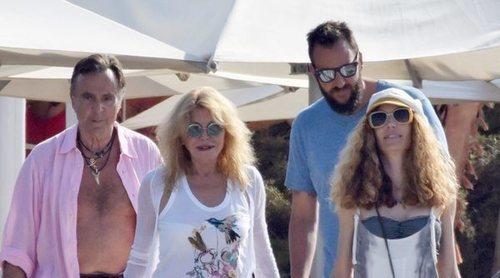 La Baronesa Thyssen disfruta con Manuel Segura, su hijo Borja, su nuera, sus nietos y sus hijas en Ibiza