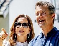 Federico y Mary de Dinamarca dan la bienvenida a las vacaciones de verano con el tradicional posado en Grasten