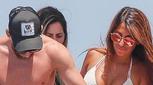 Leo Messi y Antonella Roccuzzo disfrutan de sus vacaciones como familia numerosa en Ibiza