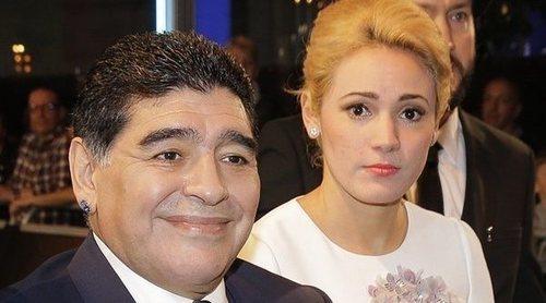 Maradona le pide matrimonio a su novia Rocío Oliva en su 28 cumpleaños