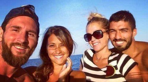 El día en alta mar de Leo Messi y Antonella Roccuzzo con Luis Suárez y Sofia Balbi para coger fuerzas