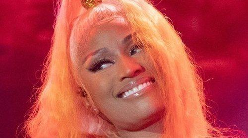 Nicki Minaj se queda con los pechos al aire en pleno concierto por un problema de vestuario