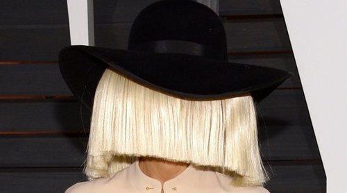 Sia celebra sus ocho años de sobriedad mediante un mensaje: 'Puedes hacerlo'