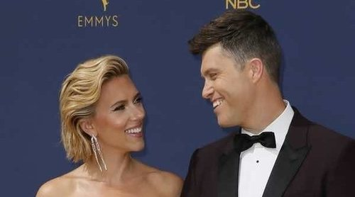 Scarlett Johansson y Colin Jost derrochan pasión en la alfombra roja de los Emmys 2018