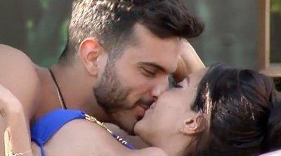 El apasionado beso de Suso Álvarez y Aurah Ruiz en el jardín de 'GH VIP 6'