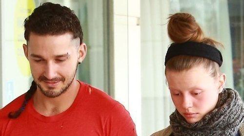 Shia LaBeouf y Mia Goth se divorcian tras las fotografías del actor con FKA Twigs