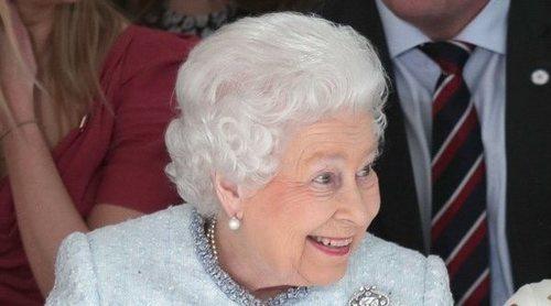 La Reina Isabel II tiene una mano postiza para saludar