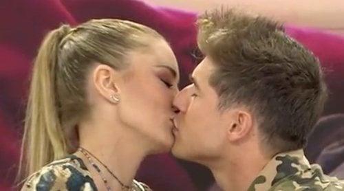 Alba Carrillo y Abraham escenifican el beso de Miriam Saavedra y Carlos Lozano en 'GH VIP 6' sabor a bacalao