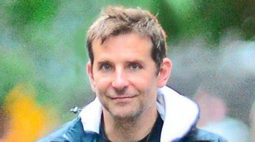 Bradley Cooper sorprende con su cambio de look durante un paseo en familia