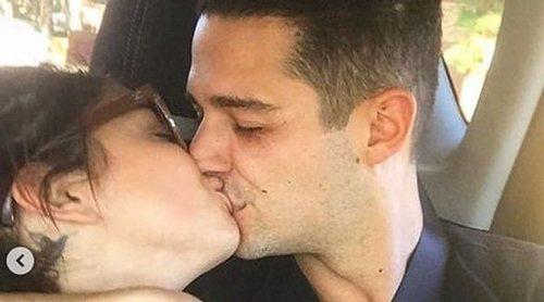 Sarah Hyland y Wells Adams celebran su primer aniversario entre mensajes de amor