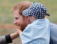 El Príncipe Harry y Meghan Markle conquistan Dubbo: del detalle del paraguas al adorable fan de Papá Noel