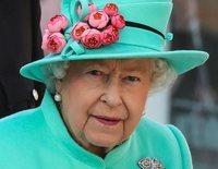 La Reina Isabel II inaugura un centro comercial y aprovecha para darse un paseo por las tiendas