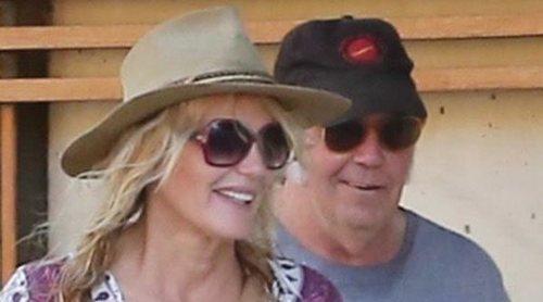Neil Young confirma que se ha casado con Daryl Hannah refiriéndose a ella como 'mi esposa'
