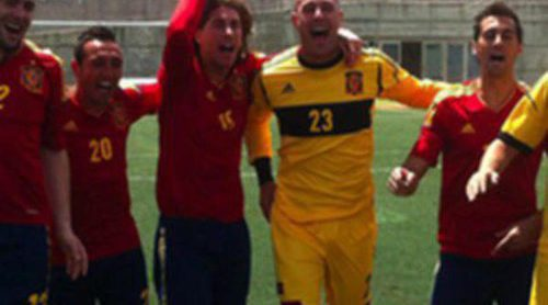 Iniesta, Ramos, Villa y Busquets protagonizan junto a Estopa el videoclip del tema 'Showtime 2.0' de la Eurocopa 2012