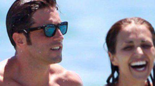 David Bustamante y Paula Echevarría, juegos y risas en su primer chapuzón del verano en Ibiza
