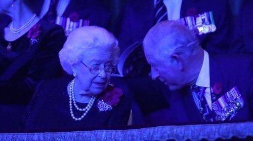 La Reina Isabel y el Príncipe Carlos, máxima complicidad madre e hijo en el Festival of Remembrance 2018