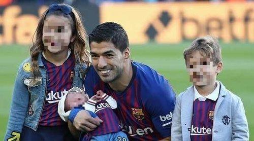 La felicidad de Luis Suárez posando por primera vez en el Camp Nou con sus tres hijos