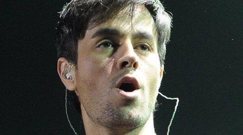 Enrique Iglesias manosea a una de sus fans en medio de uno de sus conciertos