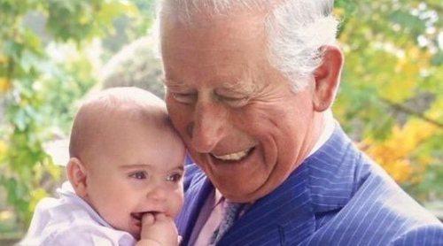 El truco del Príncipe Carlos de Inglaterra para mantener entretenidos a sus nietos durante su posado familiar